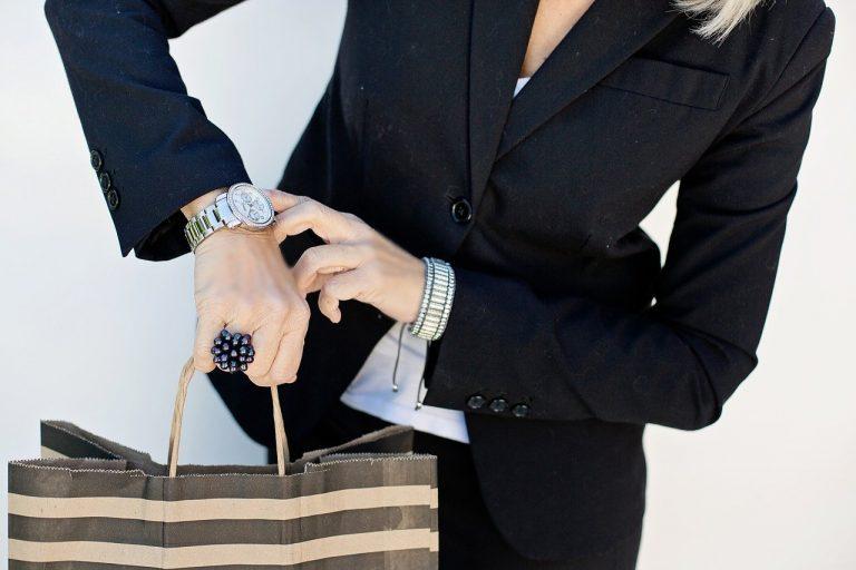 Biurowy dress code i rajstopy. Jak nie popełnić wizerunkowego faux pas?